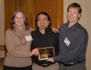 Platicamos Salud Director receives award